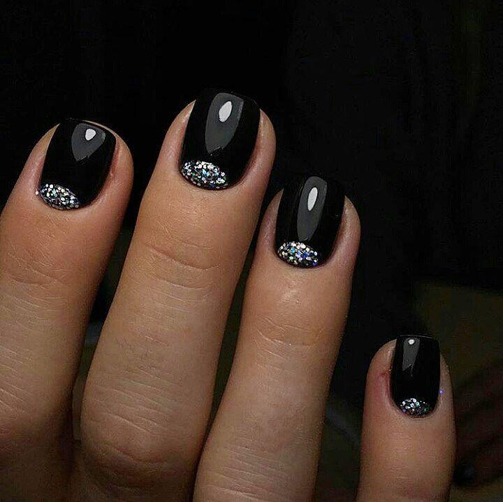 Glitter manicure per le feste natalizie smalto nero