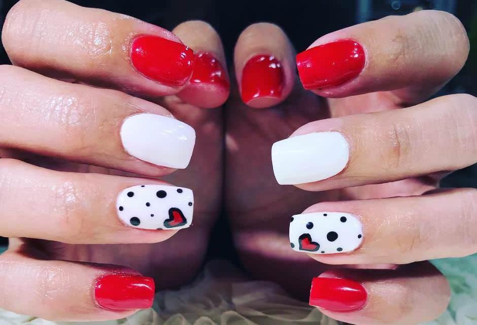 Nail art per San Valentino unghie quadrate bianche e rosse con cuore