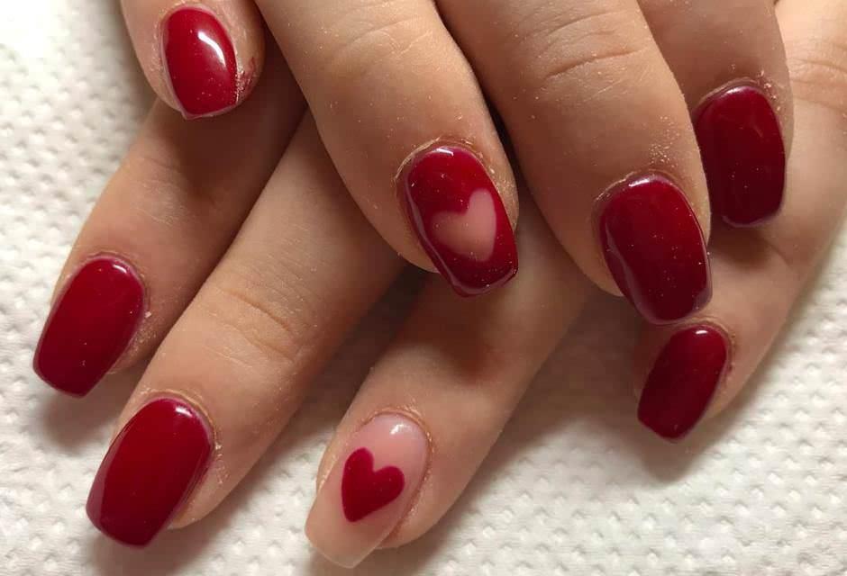 Nail art cuori rosso e nude San Valentino 2018