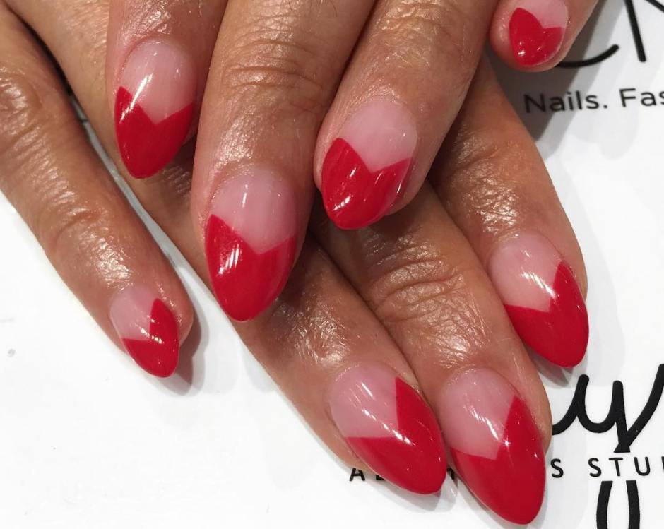 V-shaped manicure unghie rosse e nude