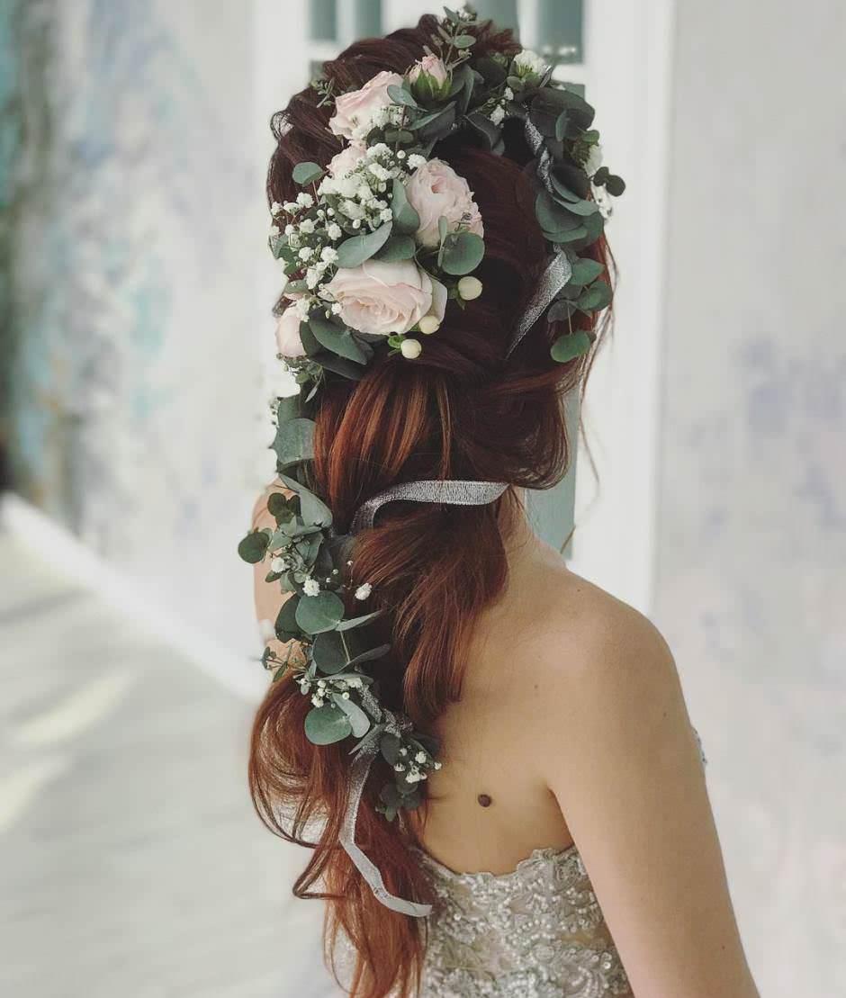 Acconciatura sposa con fiori capelli lunghi semi raccolti