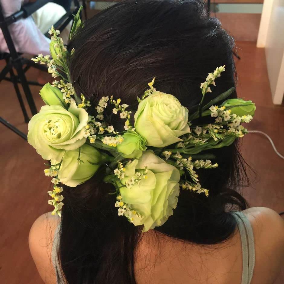 Acconciatura semiraccolta da sposa con fiori freschi tra i capelli