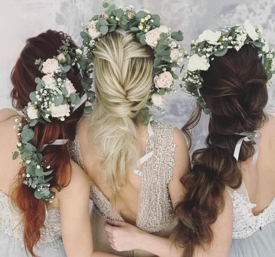 Acconciature sposa con fiori semiraccolte