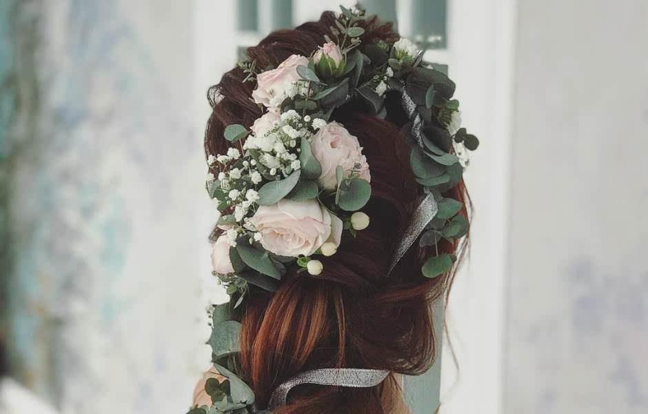 Acconciature sposa con fiori: 11 idee per la primavera 2018