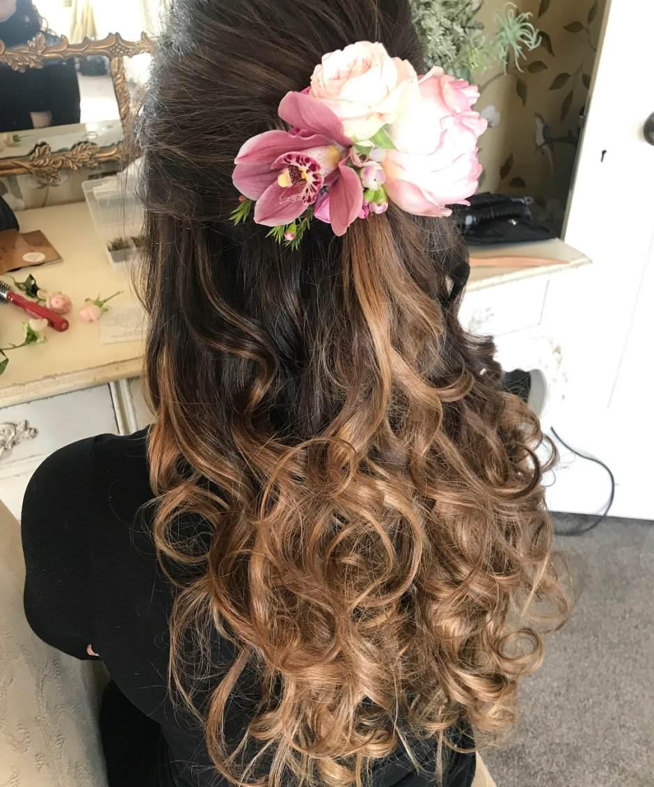 Capelli sposa 2018 semi raccolti con fiori rosa
