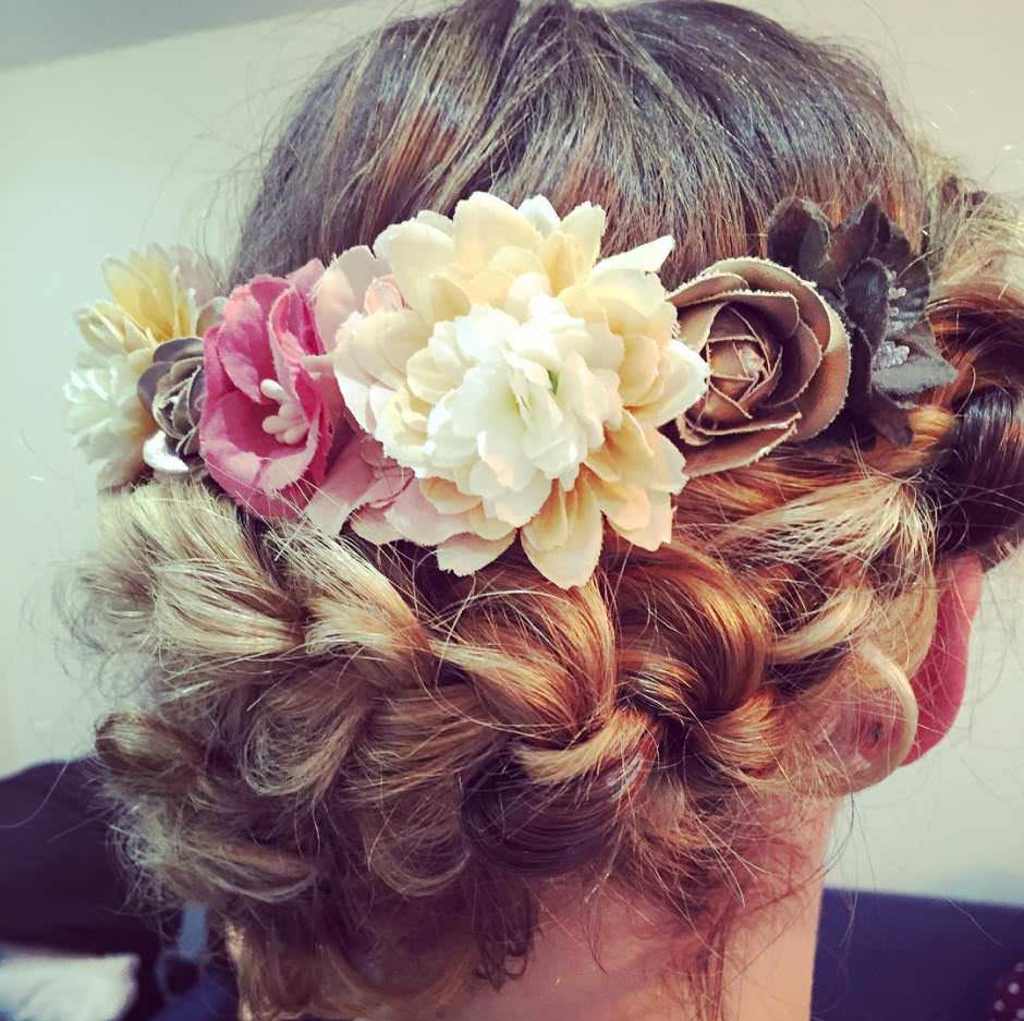 Raccolto sposa con fiori e grande treccia