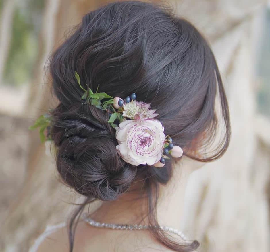 Chignon sposa con treccia e fiori freschi