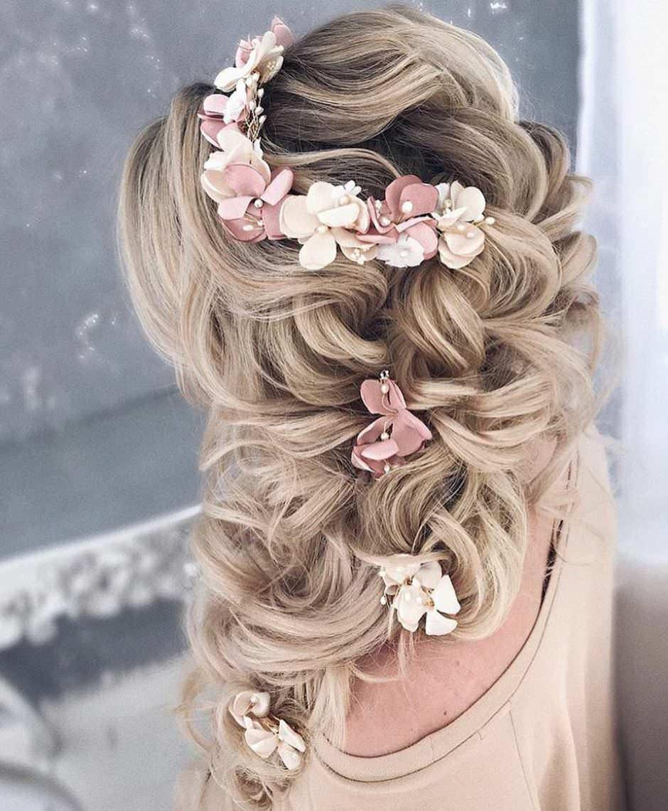 Capelli semiraccolti per sposa con fiori bianchi e rosa