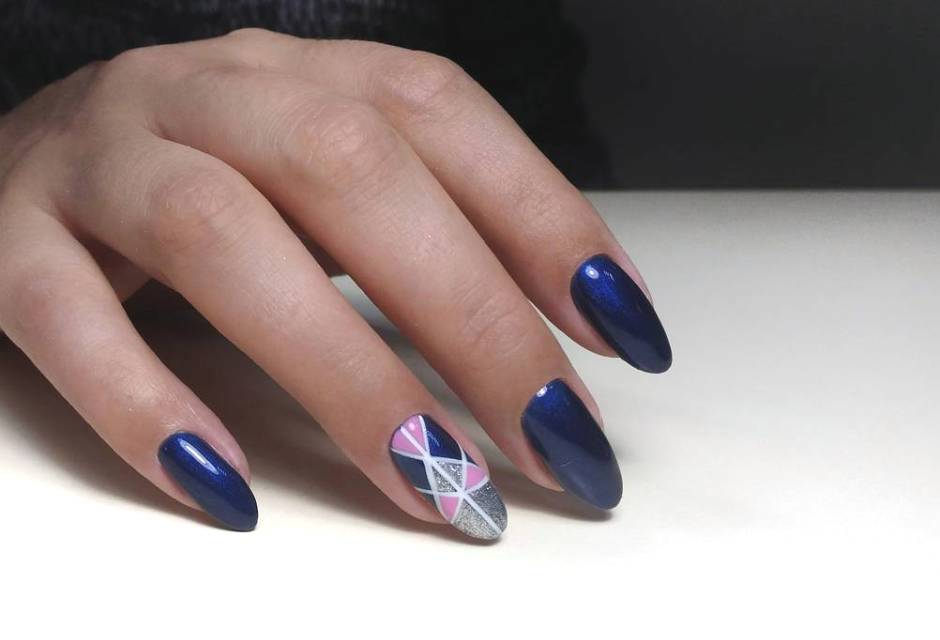 Nail art su unghie a mandorla gel blu