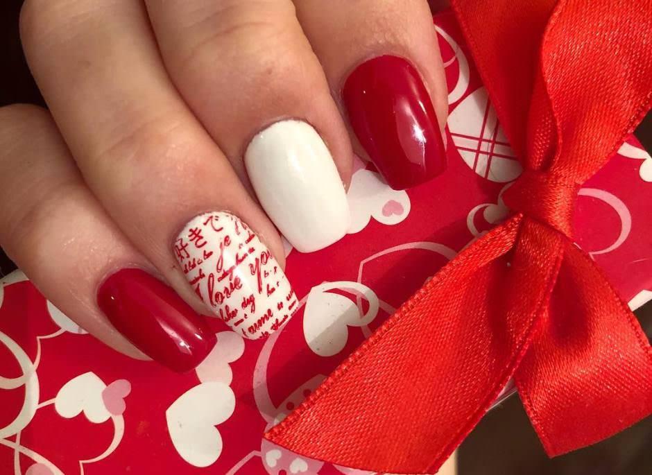 Unghie gel San Valentino rosse con scritte