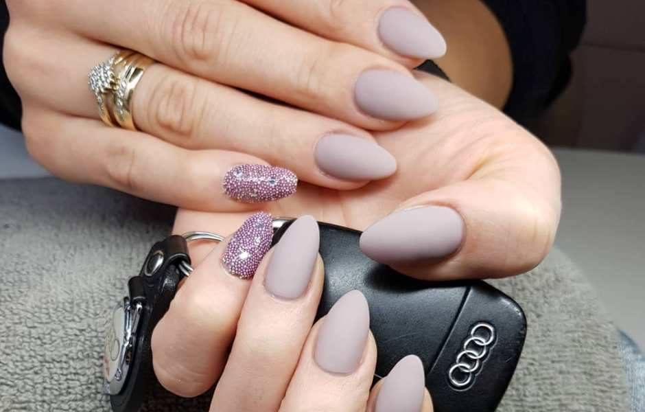 Unghie a mandorla: il trend manicure che ci accompagnerà per tutta l'estate