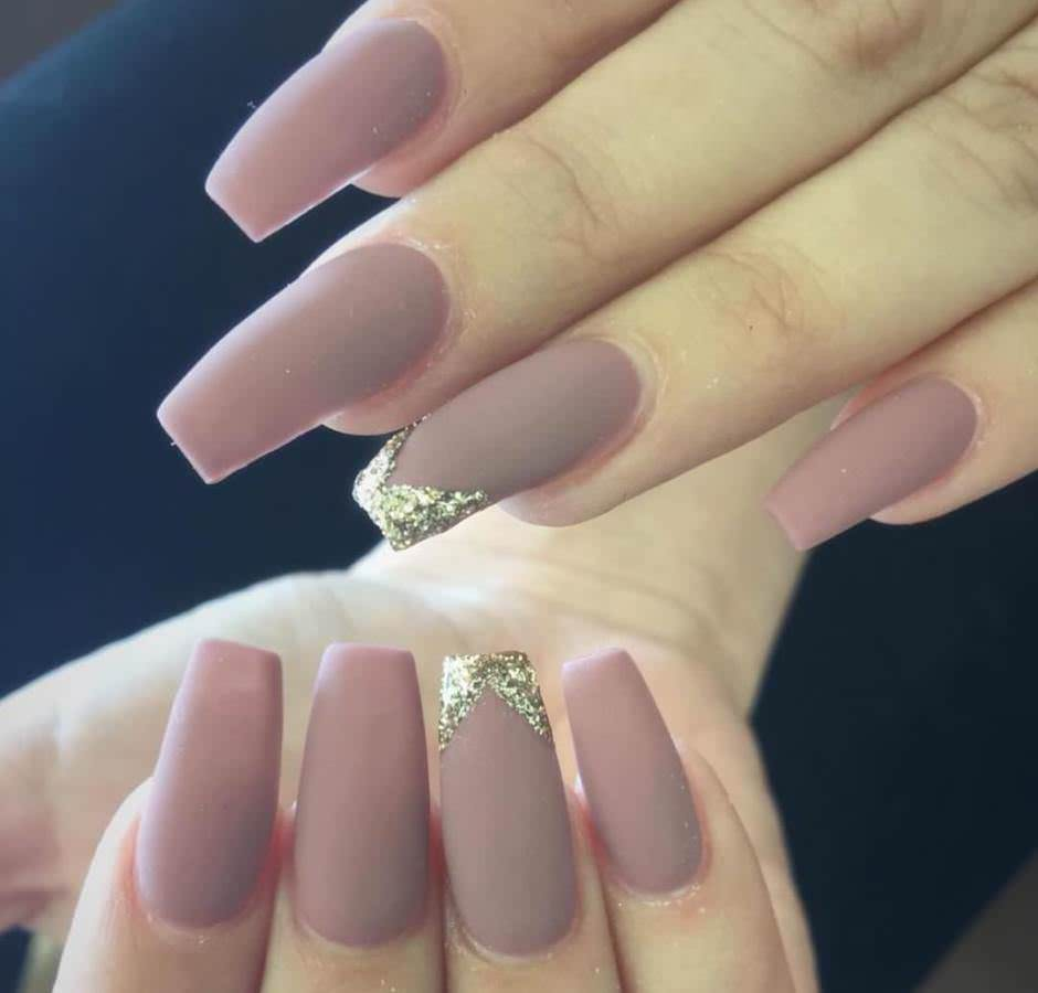 Unghie matte a ballerina con V-shaped manicure glitter