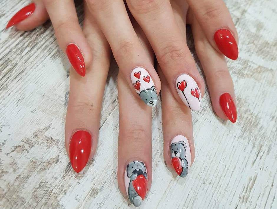 Nail art San Valentino con cuori e orsetti su unghie a mandorla