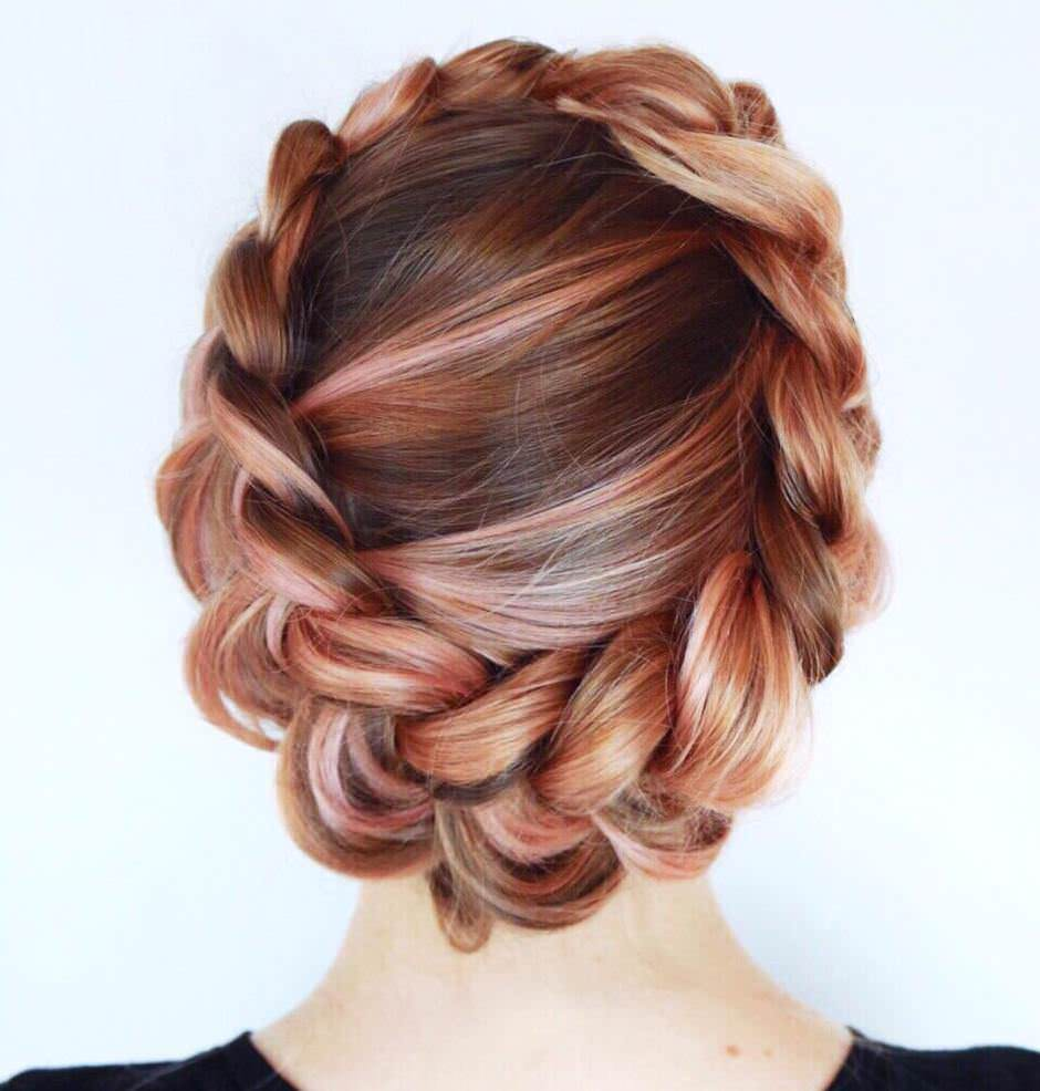Acconciatura con treccia capelli rose gold balayage