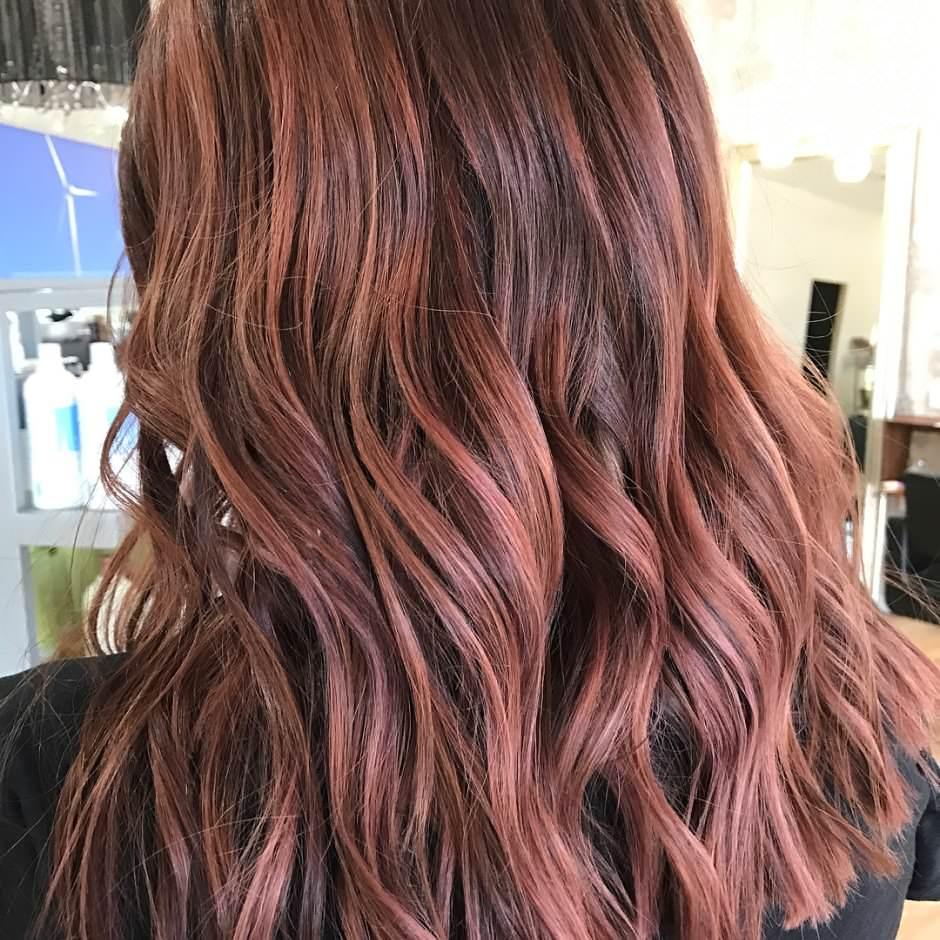 Balayage rosa gold su capelli castani mossi