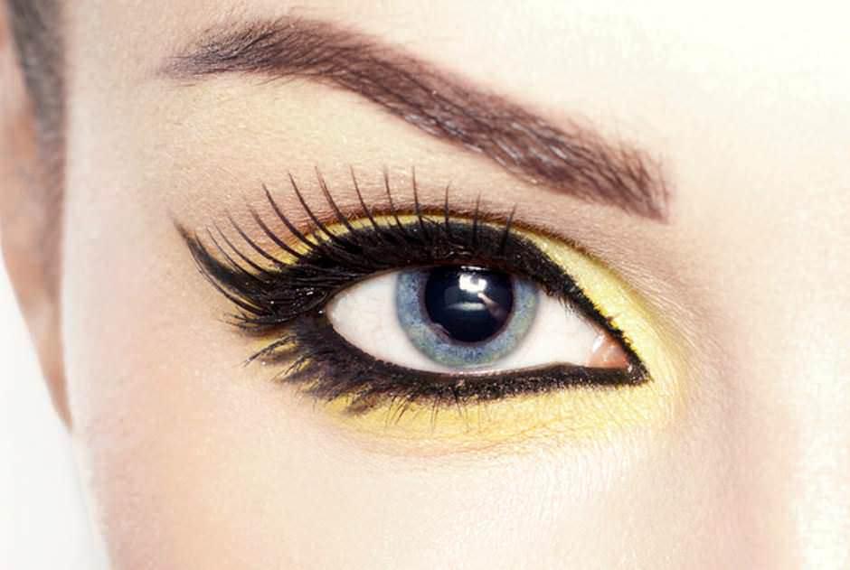 Trucco occhi azzurri ombretto giallo