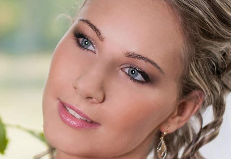 Trucco occhi azzurri ombretto marrone