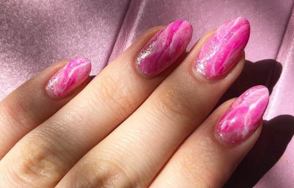 Unghie effetto marmo: come fare le marble nails. Idee nail art e foto