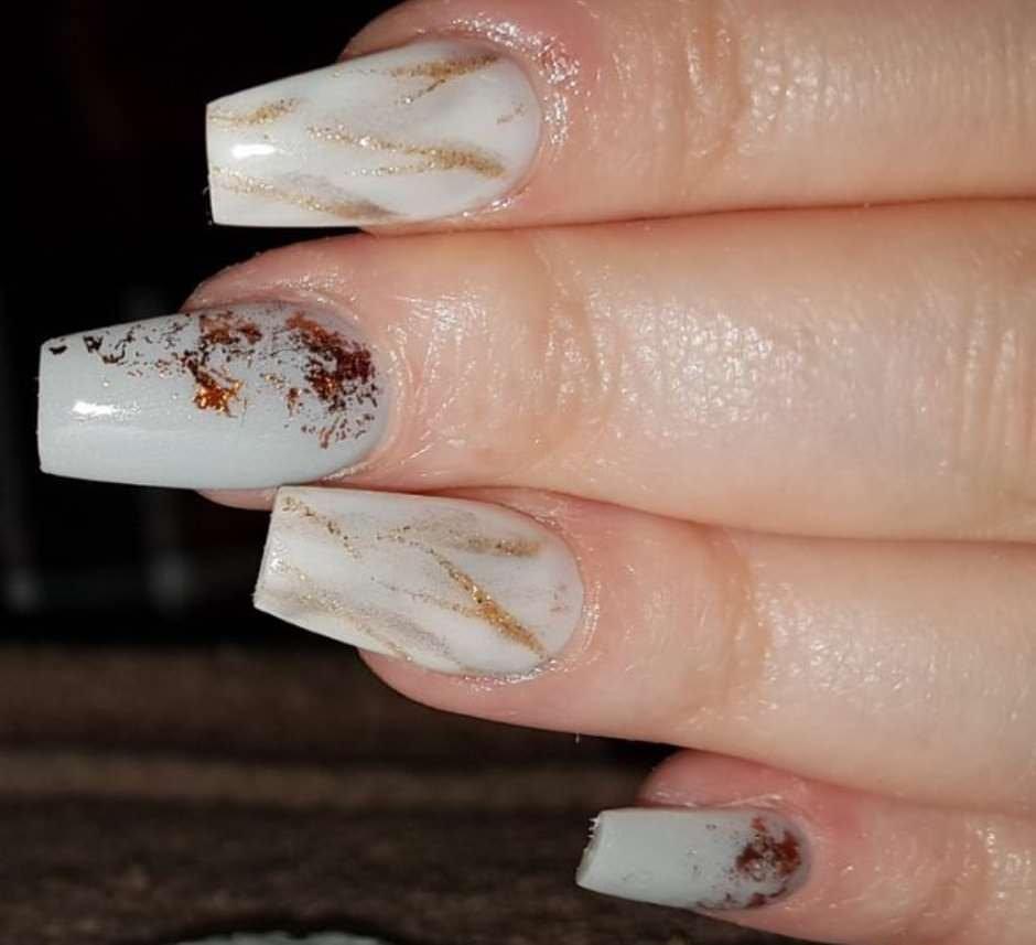 Unghie effetto marmo nude con glitter