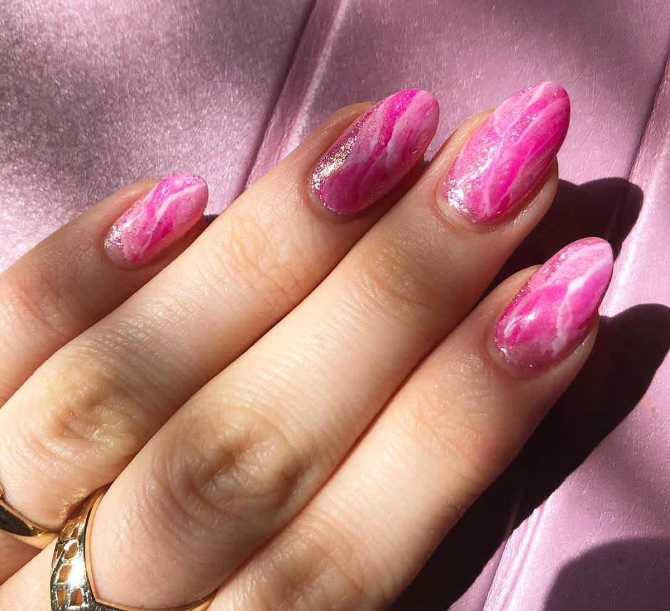 Unghie effetto marmo rosa fucsia