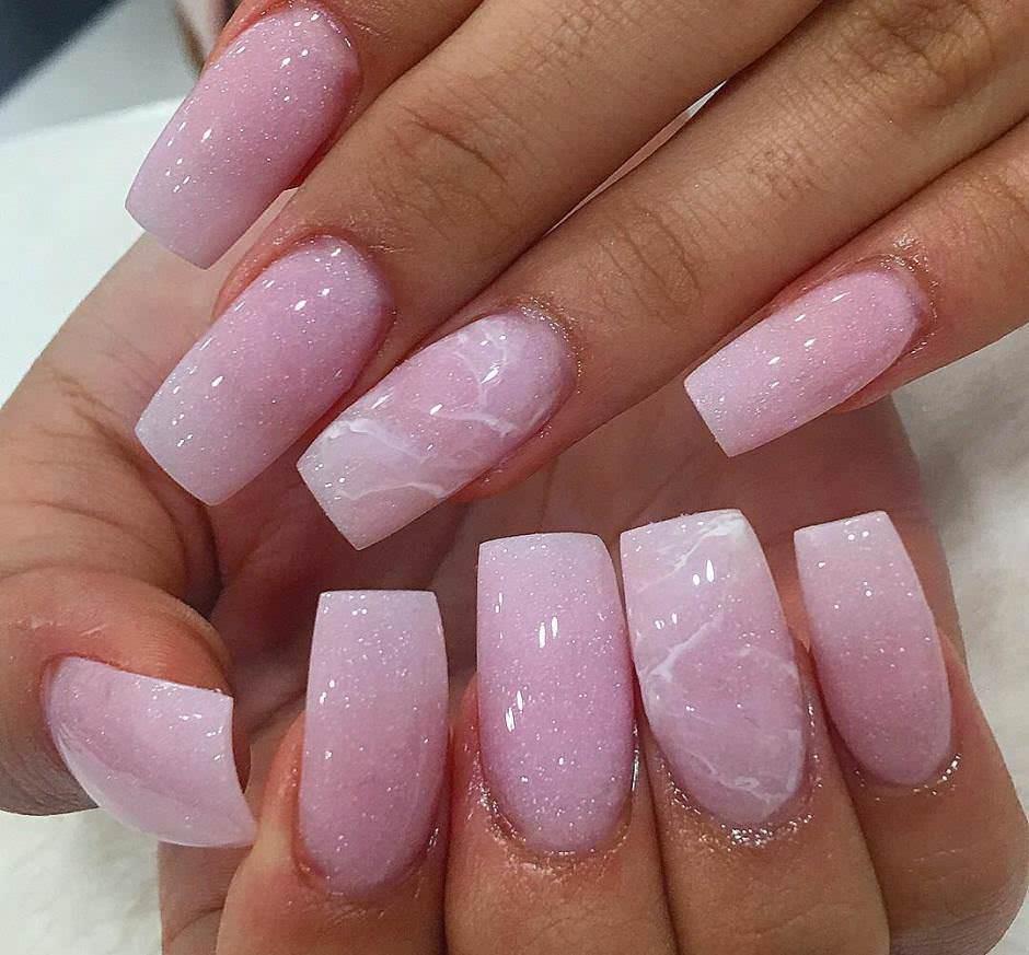 Unghie effetto marmo rosa baby con glitter
