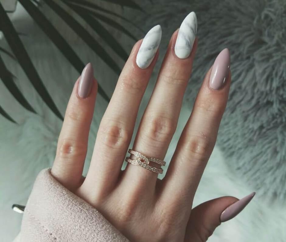 Unghie a mandorla nail art effetto marmo