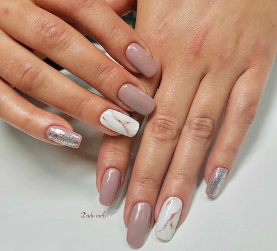 Unghie nude nail art effetto marmo