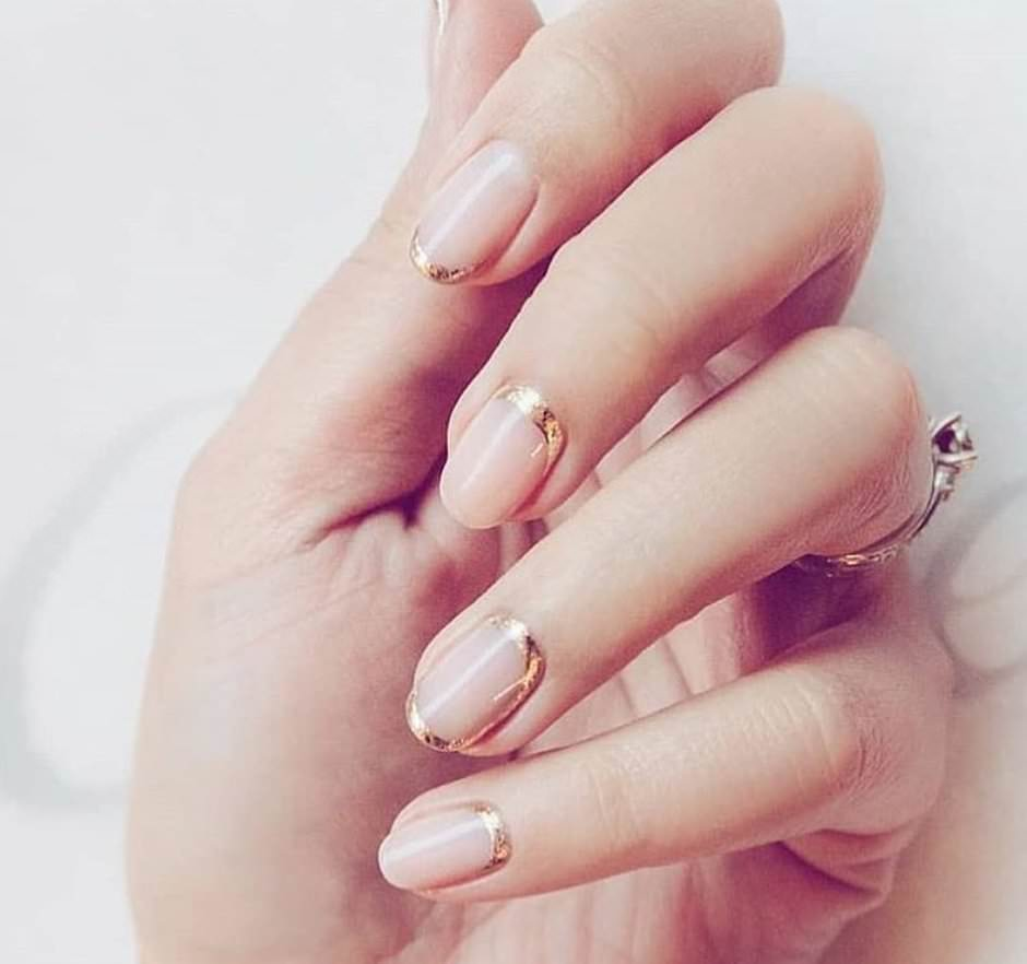 French sposa unghie naturali nude e oro