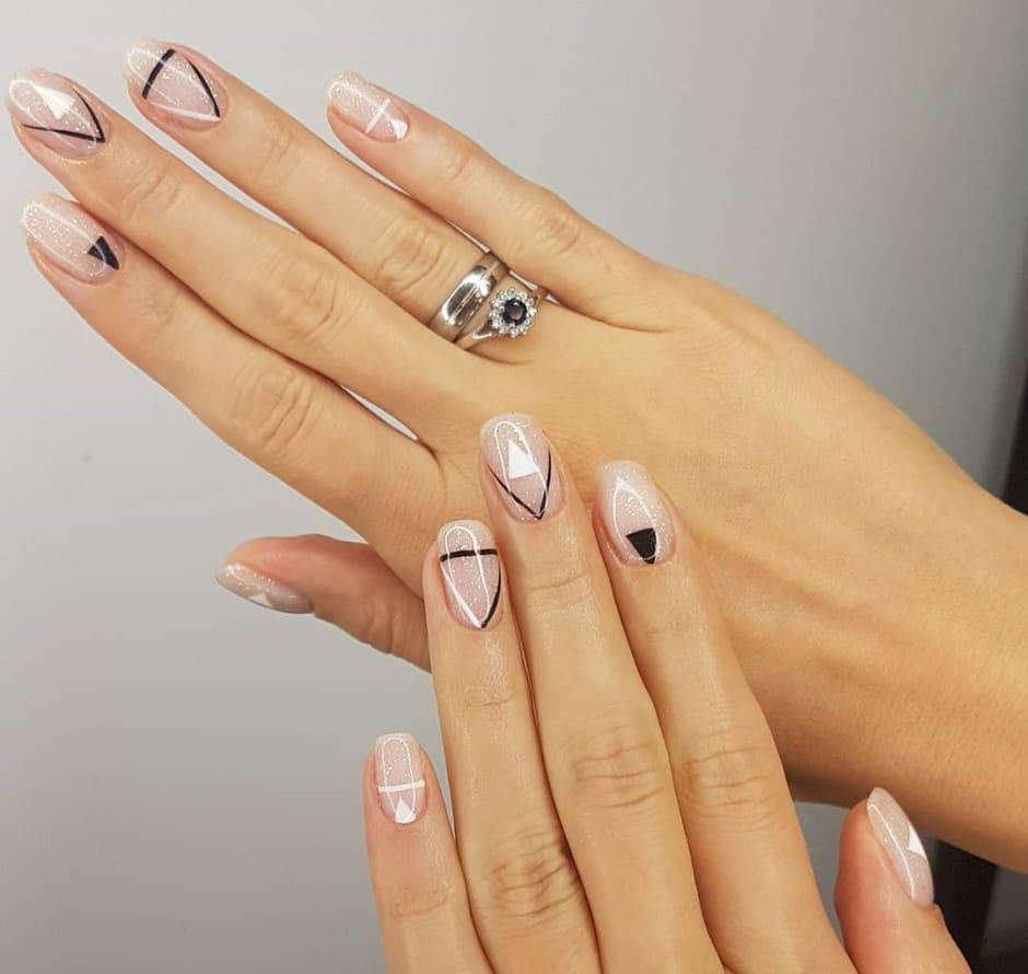 Unghie autunnali nail art geometrica smalto nude e nero