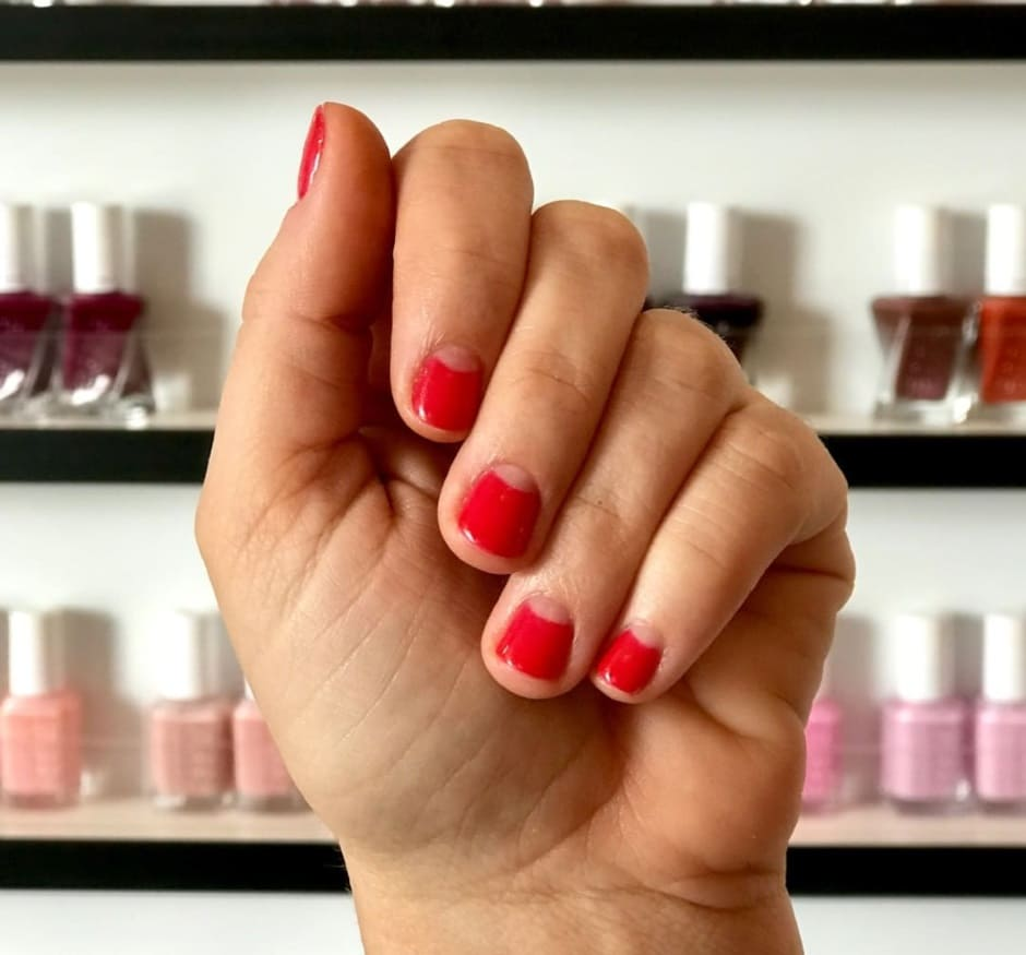 Half moon manicure unghie natalizie semplici rosse