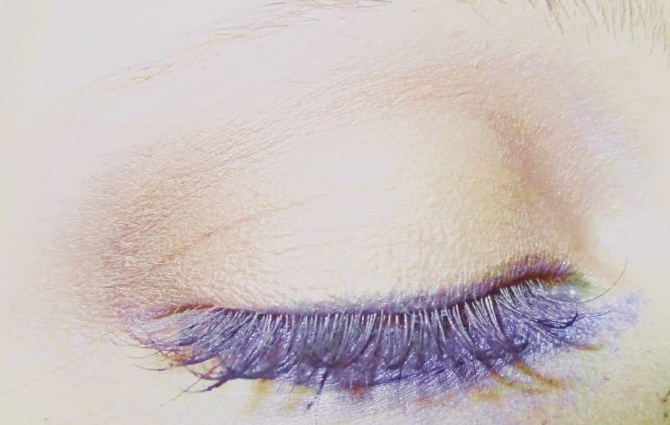 Come evitare che l'ombretto si accumuli nelle pieghe dell'occhio