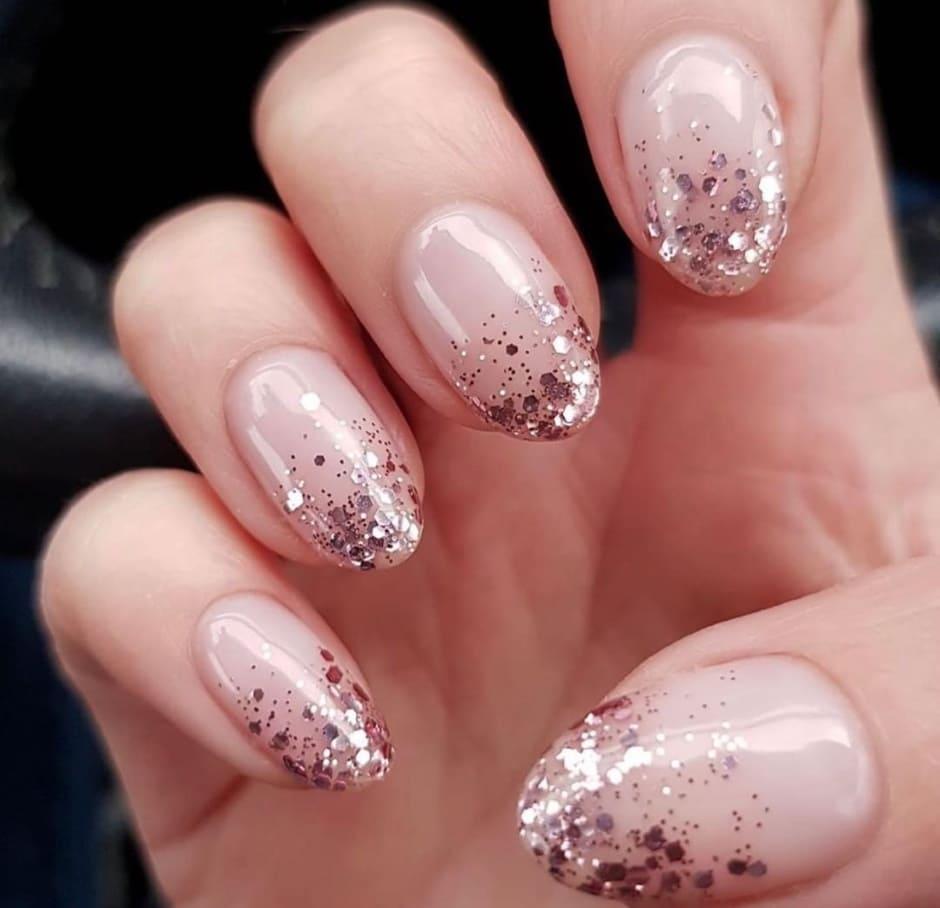 Nail art natalizia nude e oro rosa