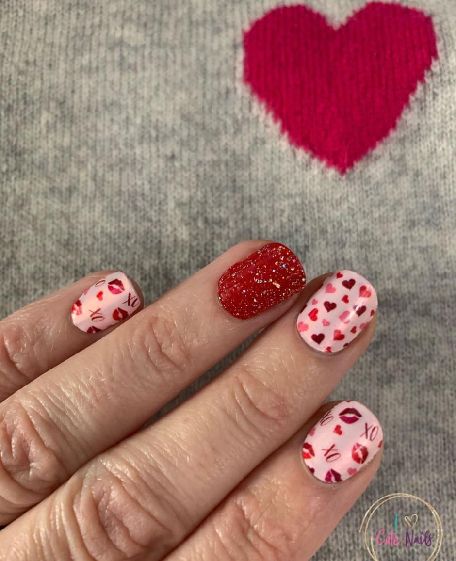 Glitter nail art rossa e nude con cuori