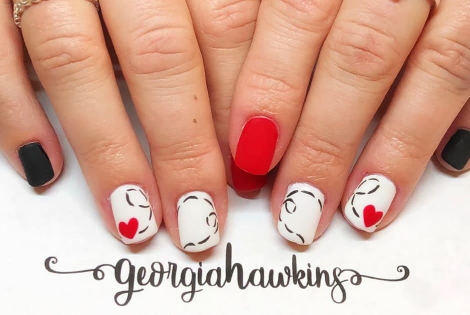 Nail art con cuori unghie matte bianche e rosse