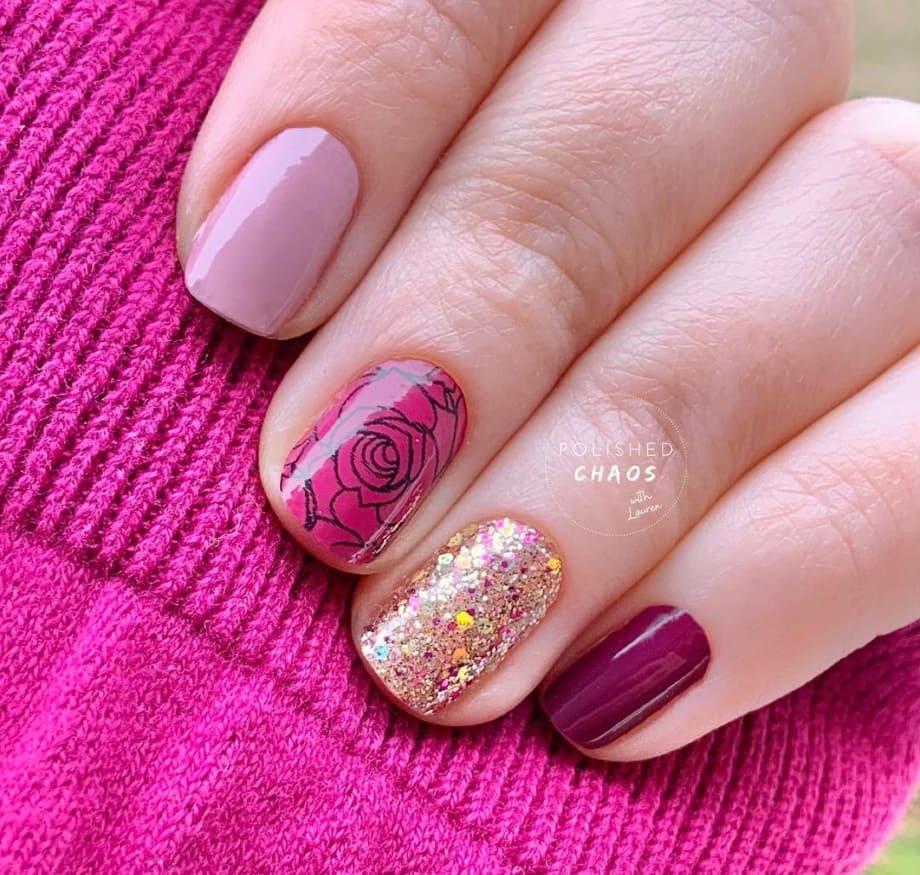 Nail art romantica con rosa