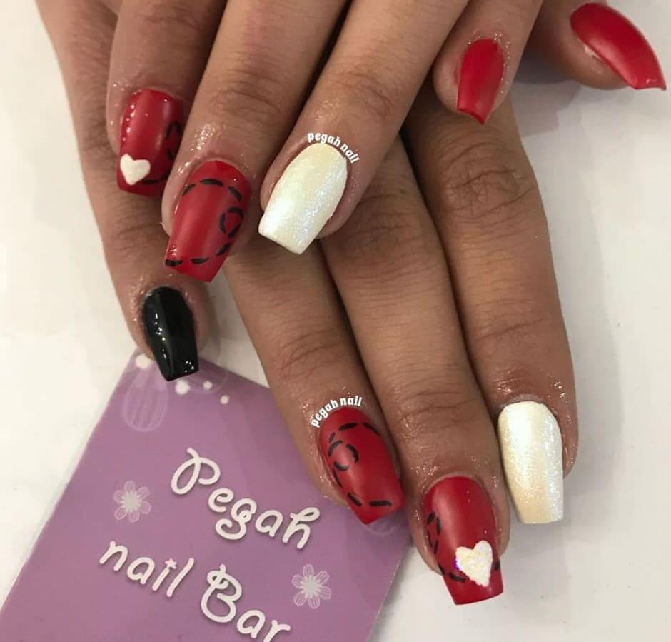 Unghie gel rosse e bianche glitter nail art con cuori