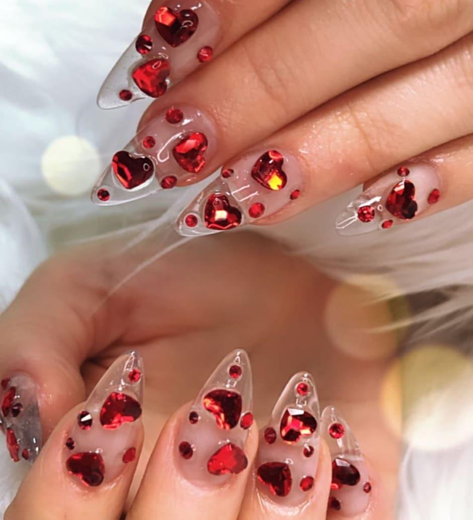 Unghie gioiello San Valentino con cuori rossi