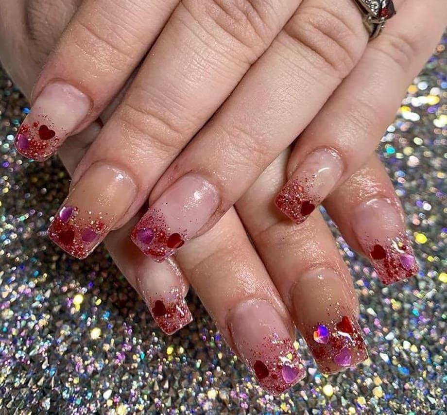 Unghie San Valentino 2021 con cuori e glitter