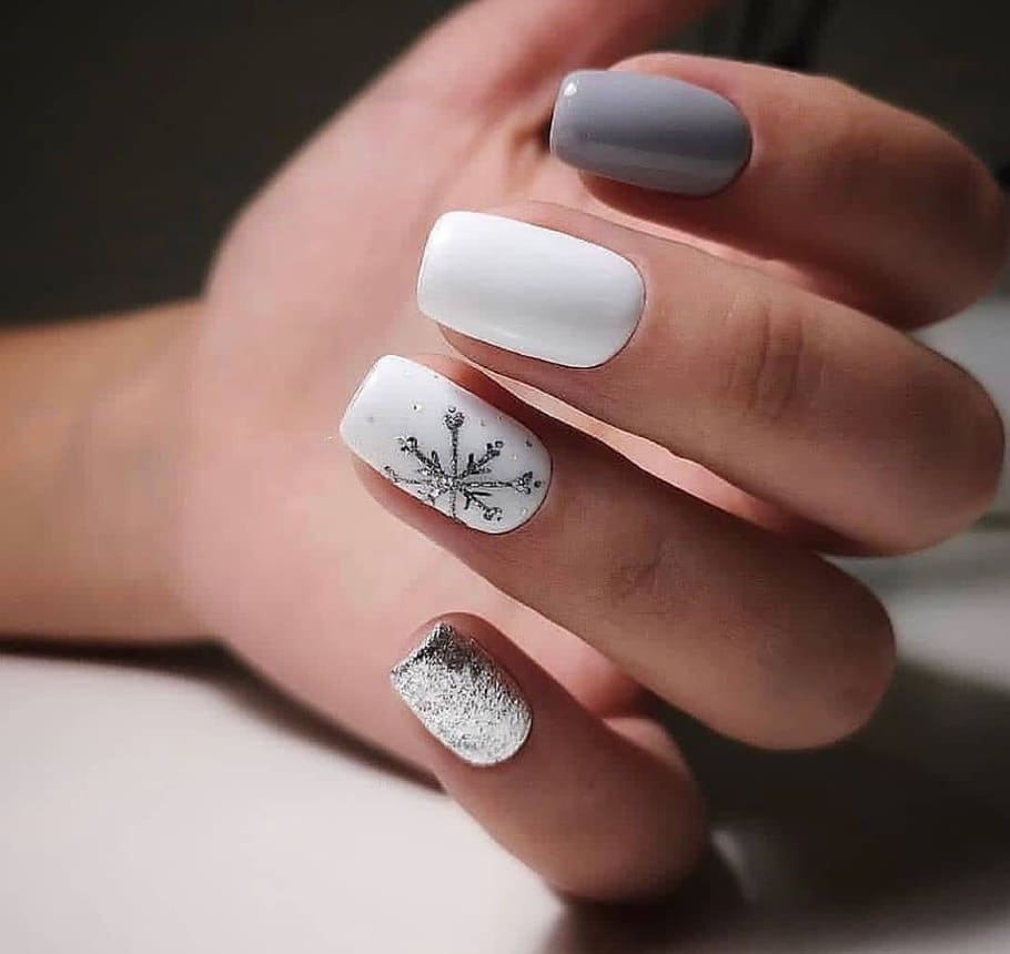 Nail art per le feste di Natale bianca e argento